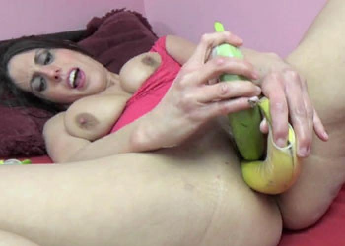 Buxom milf lavender rayne stuffs her twat with a big toy 1